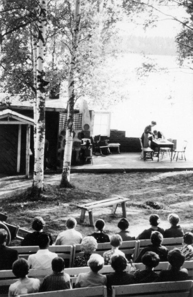 Saimaan rannalla-näytelmän esitys vuonna 1966 Pitkäniemen sairaalassa.