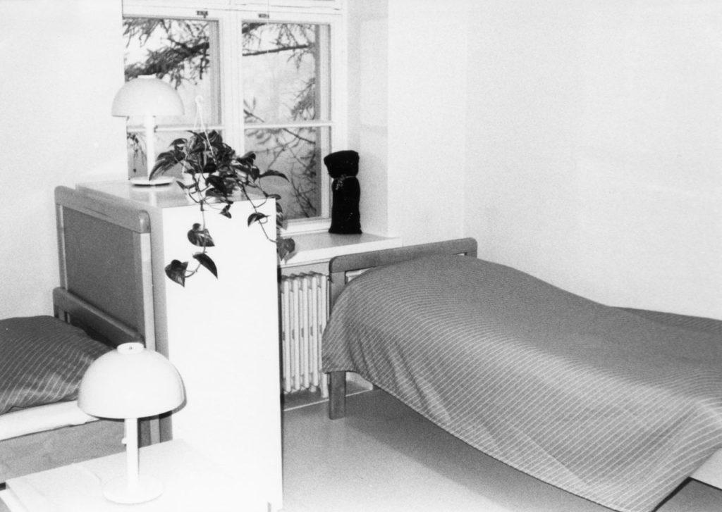 Pitkäniemen sairaalan majoitushuoneen sisäkuva 1980-luvun vaihteesta.