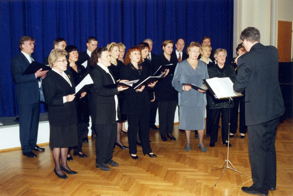 Pitkäniemen henkilökunnan kuoro esinntiymässä 1990-luvulla.
