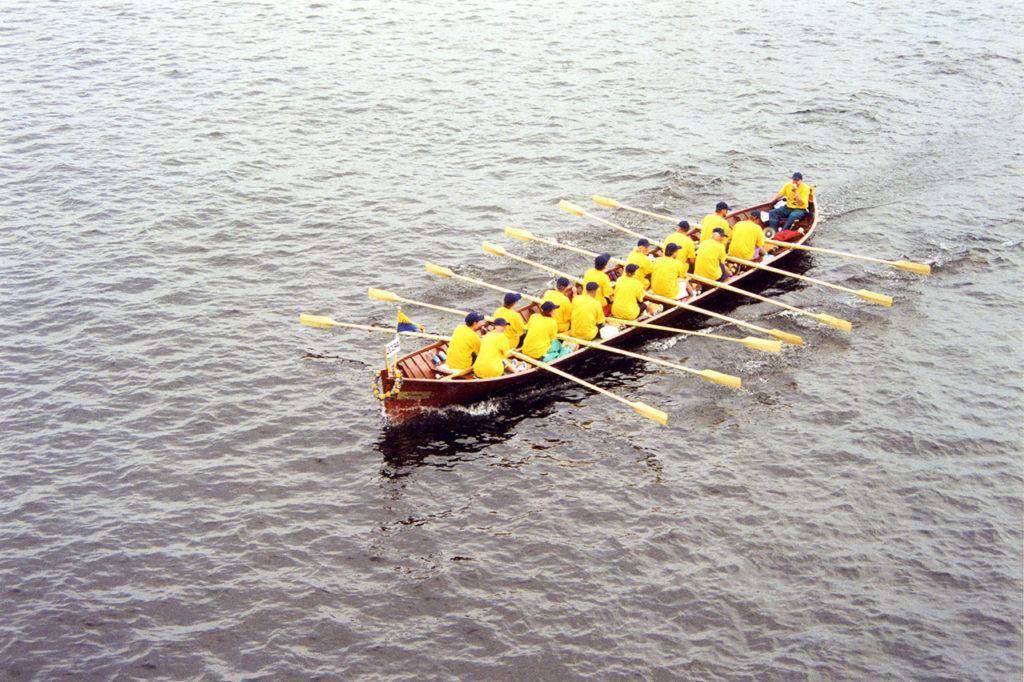 Pitkäniemen sairaalan perinneyhdistyksen jäseniä Pirkan soudussa vuonna 2000.